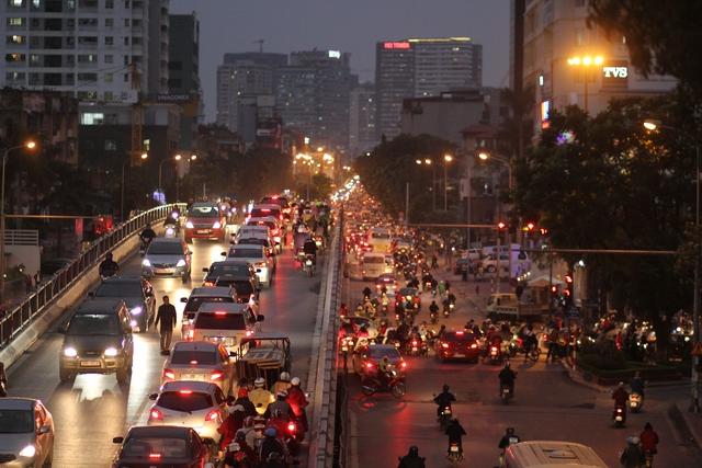 Vào giờ cao điểm, phương tiện lưu thông qua cầu Láng Hạ tăng cao.