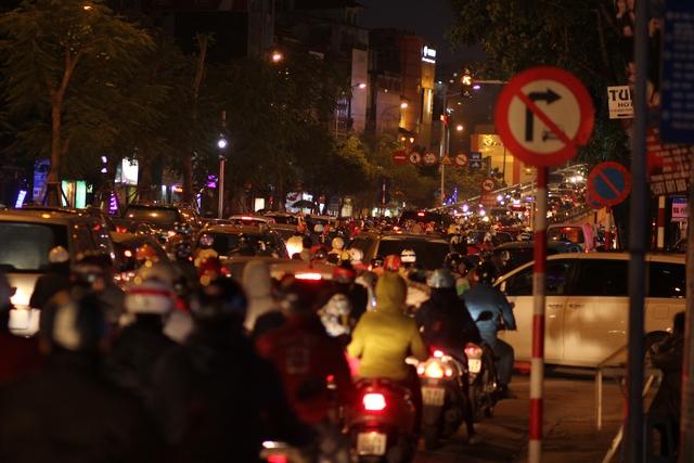 Lòng đường Láng Hạ hẹp , chỉ tính riêng từ Kim Mã đến bùng binh đường Lê Trọng Tấn có cả chục nút giao thông quan trọng.