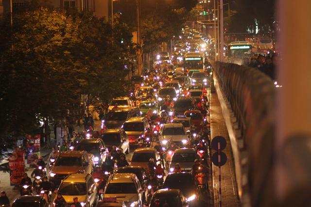 Để đảm bảo hoạt động của tuyến xe buýt nhanh, sở GTVT Hà Nội đưa ra một số giải pháp như có đèn tín hiệu giao thông ưu tiên khi qua nút giao; một số đoạn tuyến có đường ra vào sẽ ngăn lại cho xe buýt nhanh hoạt động; hạn chế ô tô và đặc biệt là taxi đi vào tuyến này. Tuy nhiên theo tình hình thực tế hiện nay, các biện pháp trên cũng không mang đến triển vọng giải quyết vấn đề đường đi cho tuyến xe buýt nhanh.