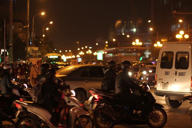 Tại đường Lê Văn Lương vào giờ cao điểm luôn có 3 đến 4 hàng xe ô tô lưu thông chiếm trọn lòng đường.