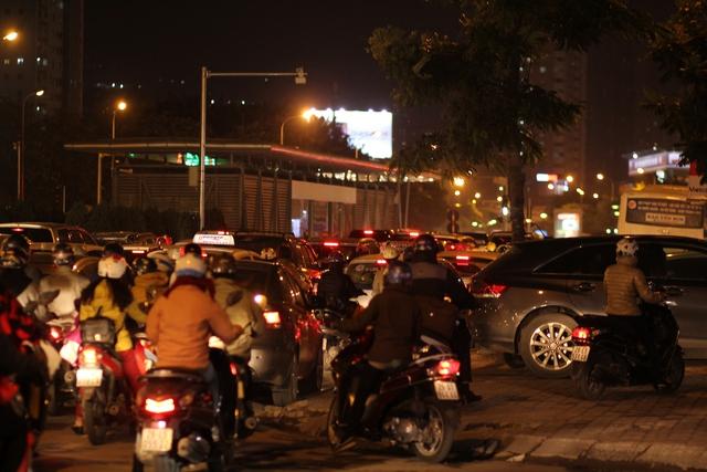 Các phương tiện ùn lại bên cạnh một nhà chờ xe buýt nhanh trên đường Lê Văn Lương. Nhiều người lo ngại nếu cấm đường để chạy tuyến buýt nhanh BTR, tình trạng tắc nghẽn giao thông trên lộ trình này sẽ nghiêm trọng hơn.