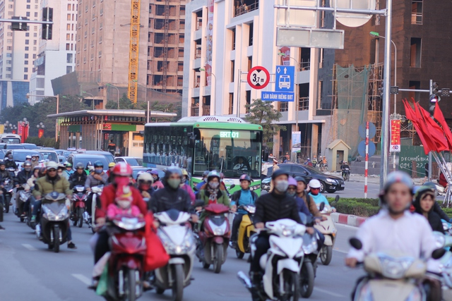 """Trong hai buổi chiều tối 29 - 30/12, theo quan sát của phóng viên Báo Gia đình và Xã hội, đoạn đường từ bến xe Yên Nghĩa – Kim Mã xảy ra tình trạng ùn tắc nghiêm trọng khiến hàng chục chiếc xe buýt nhanh phải """"chôn chân"""" trên đường trong những buổi chạy thử nghiệm đầu tiên."""