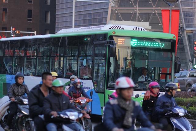Vào giờ cao điểm, theo ghi nhận của chúng tôi, mặc dù đã có làn đường ưu tiên và lực lượng thanh tra, cảnh sát giao thông phân làn nhưng nhiều đoạn trên tuyến đường từ Tố Hữu - Lê Văn Lương – Láng Hạ vẫn xảy ra ùn tắc