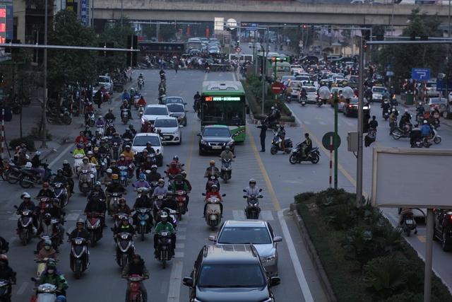 Đáng chú ý, khi tham lưu thông nhiều xe máy, ô tô vẫn tạt đầu, không nhường đường cho BRT, thậm chí còn chạy thẳng vào làn đường dành cho BRT.