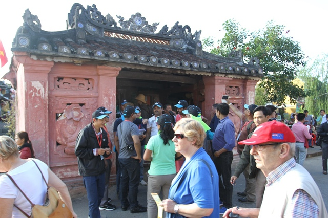 Du khách tham quan phố cổ Hội An. Ảnh: Đức Hoàng