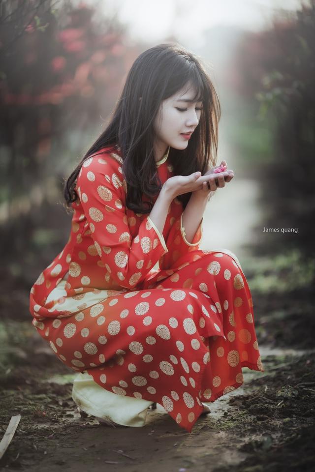 Cô gái này sinh năm 1994, hiện đang là sinh viên năm cuối chuyên ngành marketing. Trinh cho biết, mình bất ngờ và vô cùng hạnh phúc khi khoảnh khoắc trong vườn đào của mình được chọn làm ảnh đại diện cho nét đẹp văn hóa Việt Nam.