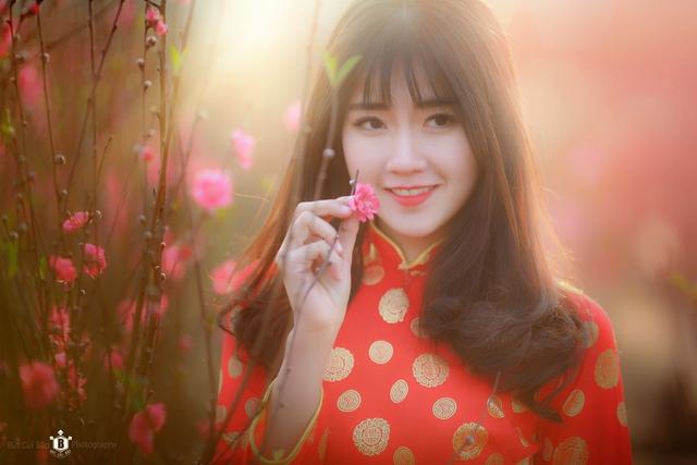 Và chỉ trong thời gian ngắn, nhân vật chính của bức ảnh cũng đã được tìm thấy, đó là hotgirl Kiều Trinh, người được nhiều bạn trẻ biết đến nhờ vẻ xinh xắn và từng được biết với nick-name hotgirl trà sữa Việt.