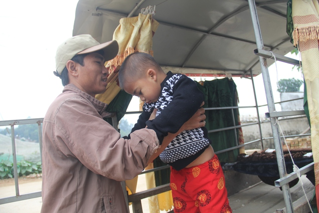 Đều đặn ngày 2 buổi, dù nắng hay mưa anh Ngọc vẫn điều khiển chiếc xe trâu tự chế đưa đón con và các cháu trong xã đến trường.
