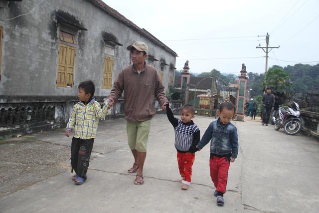 Suốt hơn 1 năm qua, người cha tật nguyền này vẫn lặng lẽ đưa hàng chục trẻ em đến trường trên đôi chân tật nguyền của mình.
