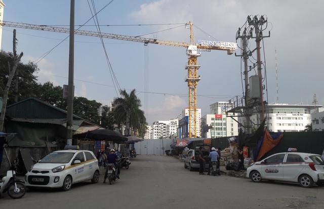 Ngõ 16 đường Phạm Hùng đã được chủ đầu tư dự án Mai Trang rào kín hai đầu. Ảnh TG