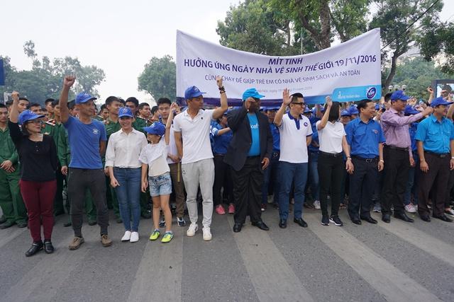 """Ban tổ chức, các khách mời và các bạn học sinh, sinh viên tham gia hoạt động """"Cùng chạy để giúp trẻ em có nhà vệ sinh sạch sẽ và an toàn"""". Ảnh: N.Mai"""