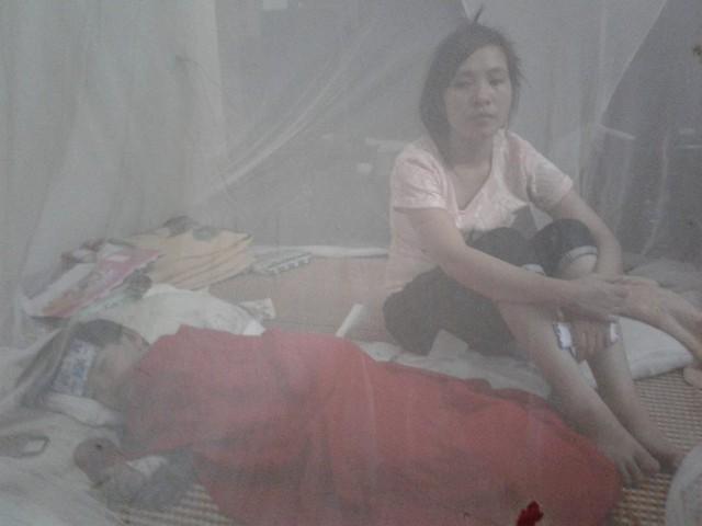 Gia đình xót xa bên con gái bé bỏng thiếp ngủ đi vì quá đau đớn. Ảnh: Nông Thuyết