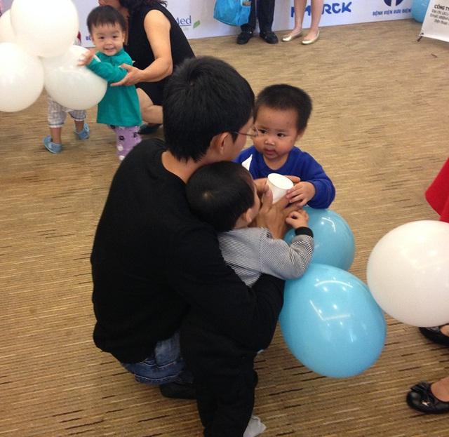 Ông bố trẻ và 2 bé trai kháu khỉnh được sinh ra từ phương pháp TTTON