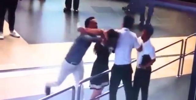 Cảnh nữ nhân viên Q.A. bị đánh (Ảnh cắt từ clip)