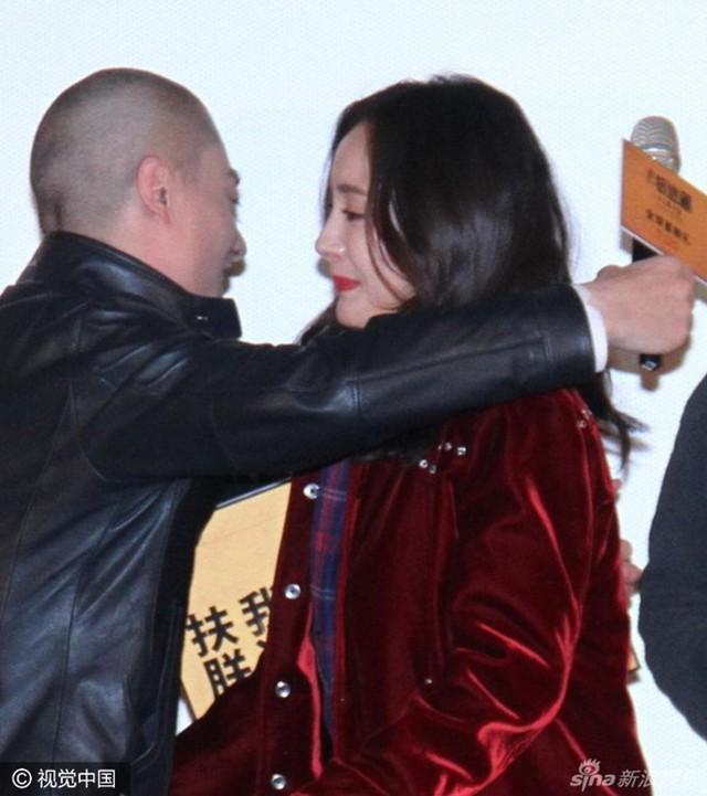 Hoắc Kiến Hoa tất bật với công việc quảng bá phim mới. Anh vui vẻ thân mật cùng Dương Mịch tại buổi họp báo hôm 31/10. Ảnh: Sina.