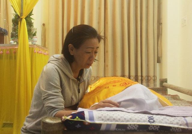 Chị Hương suy sụp trước sự ra đi của con trai.