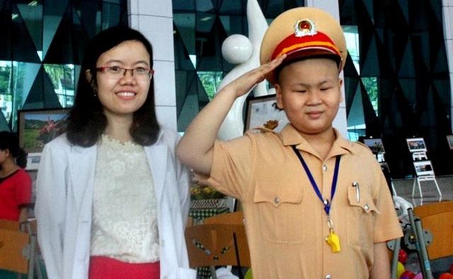 Tuấn Dũng và bác sĩ Lê Na - người đã dốc lòng viết tâm thư để giúp em được hoàn thành giấc mơ.