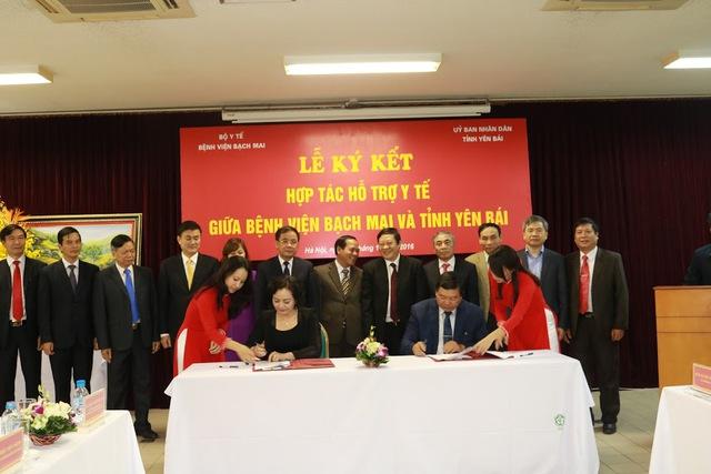 Thứ trưởng Bộ Y tế Nguyễn Viết Tiến chứng kiến lễ ký kết hợp tác hỗ trợ y tế giữa Bệnh viện Bạch Mai và tỉnh Yên Bái