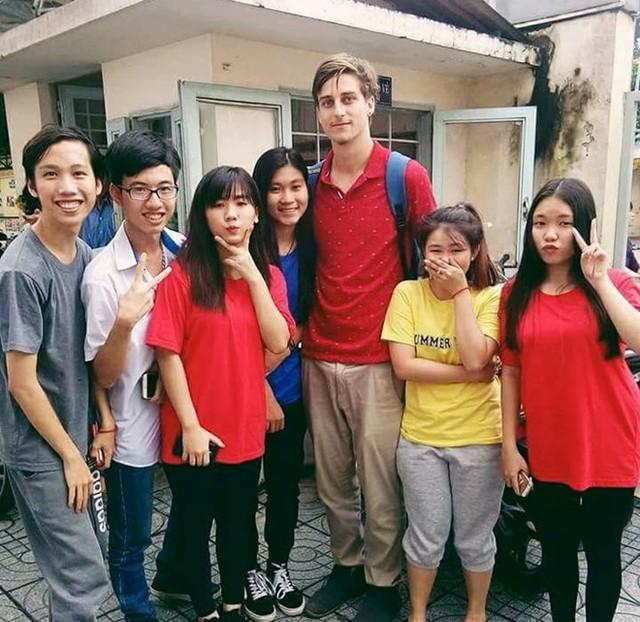 Thầy Grey Shane chụp ảnh với học sinh của mình. Ảnh: Hồng Hạnh.