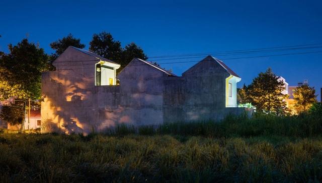 Bề ngoài của ngôi nhà vô cùng đơn giản nhưng lại ẩn chứa nhiều sự bất ngờ.