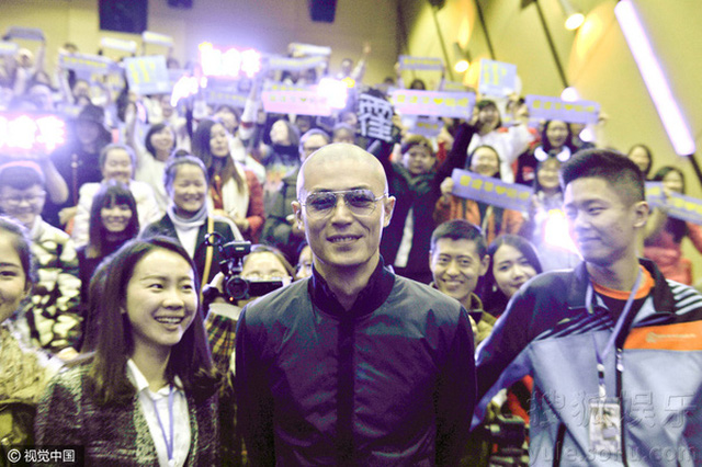 Hoắc Kiến Hoa vui vẻ chụp hình cùng fan trong buổi họp báo.