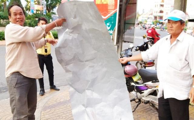 Tấm tôn dài gần 3 m bay xuống đường ở Sóc Trăng, suýt cứa vào cổ hai mẹ con đang đi xe máy. Ảnh: Việt Tường.