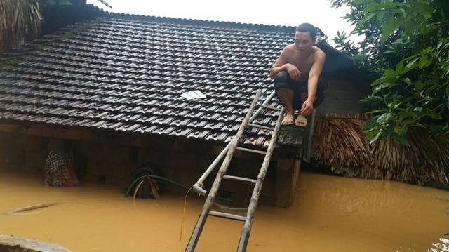 Người dân Hương Khê, Hà Tĩnh phải trèo lên nóc nhà tránh lũ trong đợt lũ giữa tháng 10.