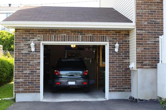 Người mẹ phát hiện cửa nhà để xe ô tô đã bị mở.