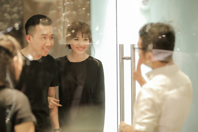 Sau nhiều ngày khiến dư luận xôn xao vì tin đồn cưới hỏi, vừa qua cặp đôi Trấn Thành - Hari Won đã chính thức hé lộ những hình ảnh đi thử đồ cưới.