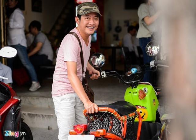 Tấn Beo nổi tiếng bình dân, anh thích la cà quán xá vỉa hè, lòng đường thay vì hàng quán sang trọng. Ảnh: Nguyễn Bá Ngọc.