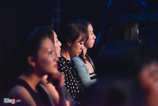 Tối 26/12, Hari Won xuất hiện tại trường quay Thử thách cùng bước nhảy ở TP.HCM để cổ vũ ông xã làm MC. Tuy nhiên, vì không muốn bị mọi người phát hiện nên nữ ca sĩ gốc Hàn đến khá muộn, cô đi cùng những người bạn Hàn Quốc.