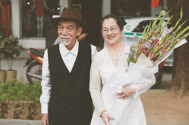 Vợ chồng nghệ sĩ Mai Ngọc Căn bên nhau, mỉm cười và nắm tay nhau suốt 50 năm qua. Ảnh: Phạm Tân