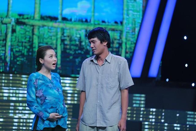 Quang Tuấn đưa vợ lên sân khấu cùng mình khi thể hiện ca khúc Cà phê miệt vườn. Giám khảo cho rằng tiết mục của anh hơi nhạt. Nam diễn viên bị lép vế khi hầu hết đất diễn đều nghiêng về phía vợ anh.