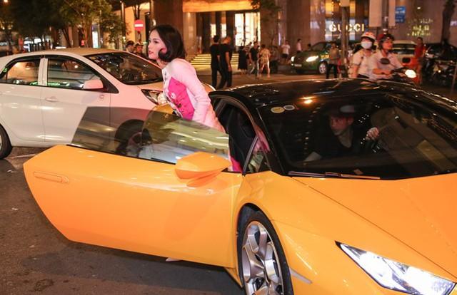 Thời gian yêu nhau, doanh nhân Nguyễn Quốc Cường thường xuyên đưa đón bạn gái đến các sự kiện giải trí. Hạ Vi diện áo dài màu hồng nền nã của nhà thiết kế Tùng Vũ. Cô nhanh chóng vào bên trong buổi tiệc còn bạn trai ra về trước.