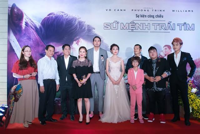 Vợ chồng Thanh Thúy - Đức Thịnh đi cùng các nghệ sĩ trẻ, trong đó có cậu nhóc Gia Khiêm của Vietnam Idol Kids trong Lễ Bế mạc Liên hoan phim Quốc tế Hà Nội diễn ra vào tối 5/11.