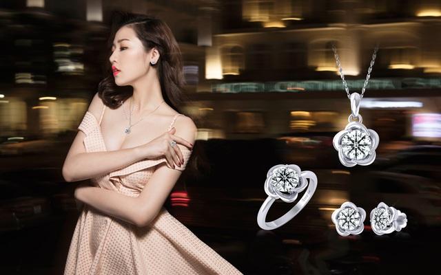 Nhờ vẻ lấp lánh của viên kim cương chủ đặc biệt Hearts & Arrows trên những thiết kế trang sức có phần tối giản, Tú Anh vẫn giữ nét nữ tính và rạng ngời ngay cả khi kết hợp với đầm xòe bồng bềnh gam màu pastel.