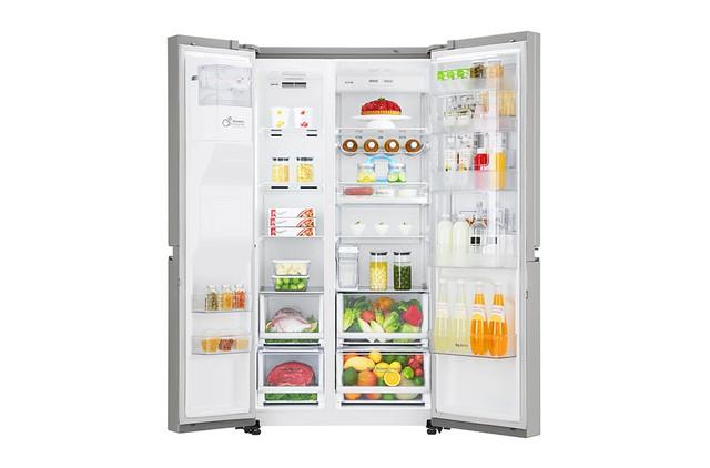 Người dùng chọn lựa thực phẩm, tủ lạnh bảo quản thực phẩm.