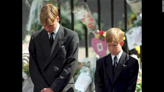 Hoàng tử William, 15 tuổi cùng em trai là hoàng tử Harry, 12 tuổi tại lễ tang của mẹ ngày 6/12/1997. Công nương Diana đã qua đời trước đó vì một tai nạn ô tô thảm khốc tại Paris.