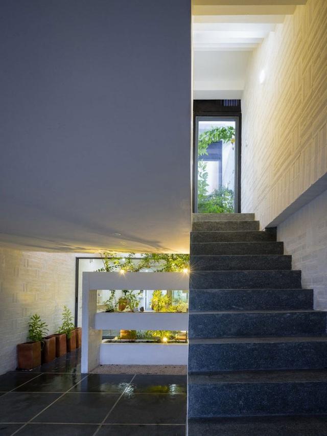 Chất liệu đá xám và tường sơn trắng cũng góp phần mang đến cho ngôi nhà vẻ đẹp hút mắt.
