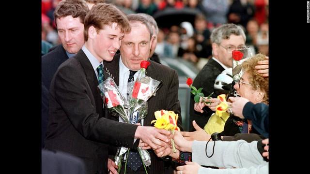 Chàng hoàng tử điển trai nhận hoa từ đám đông hâm mộ tại Vancouver 24/3/1998.