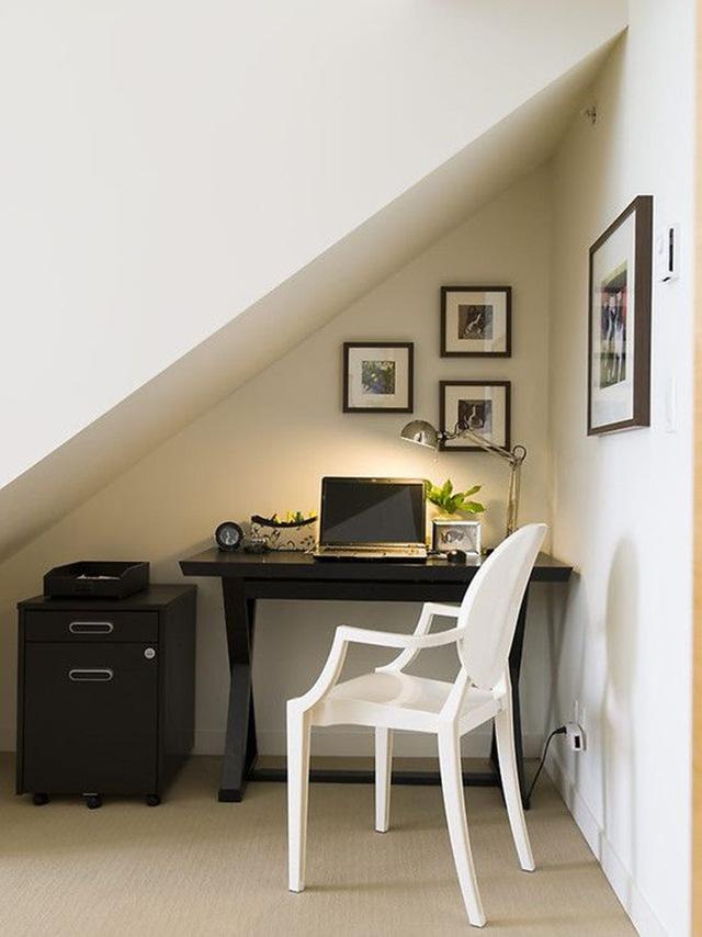 12. Gầm cầu thang cũng là một trong những khoảng diện tích phù hợp để lắp đặt bàn làm việc.