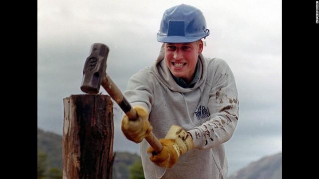 Tham gia chuyến khám phá quốc tế mang tên Raleigh, hoàng tử cũng xắn tay áo chẻ gỗ để xây dựng đường đi ở làng Tortel, phía nam Chile ngày 7/12/2000.