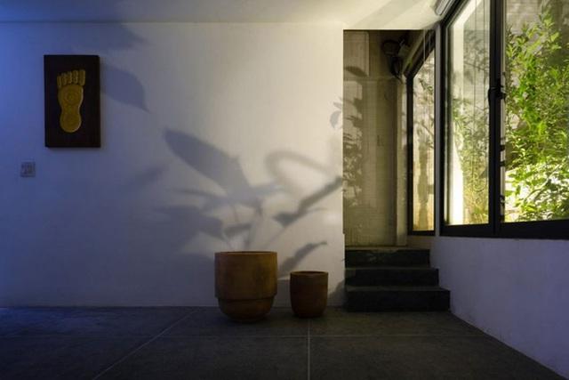 Những bức tranh hay món đồ gỗ đặt tưởng chừng vu vơ nhưng lại có tác dụng thẩm mỹ lớn, đặc biệt khi ánh nắng hắt bóng cây vào trong nhà.