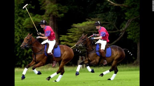 Hoàng tử Willam (trái) tham gia một trấn đấu polo tại Gloucestershine, Anh quốc cùng em trai Harry năm 2001.