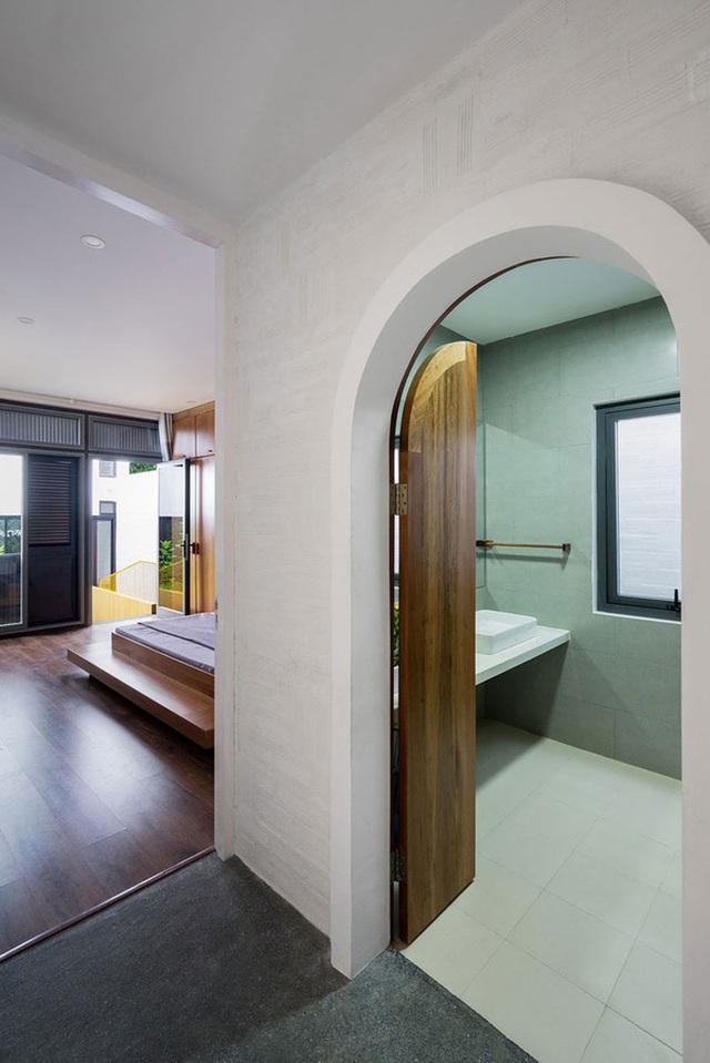 Cửa các phòng được thiết kế nhấn nhá, thu hút.
