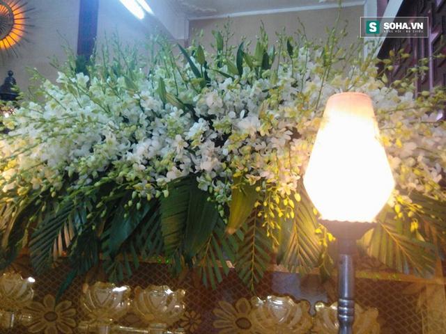 Nắp quan tài cũng được gắn đầy hoa lan trắng, thanh cao như chính cuộc đời nghệ sĩ Út Bạch Lan.