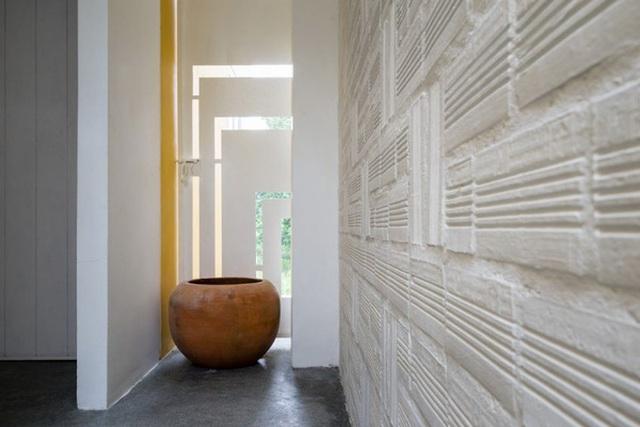 Bức tường xây mộc sơn kết là phông nền hoàn hảo cho những món đồ trang trí.