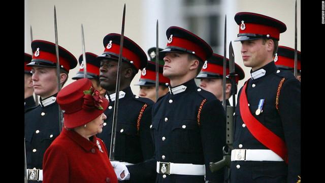 Nữ hoàng Elizabeth ngắm nhìn cháu trai trong bộ quân phục của Học viện quân sự hoàng gia năm 2006. Hoàng tử William đã tốt nghiệp học viện này với phong hàm sĩ quan quân đội.