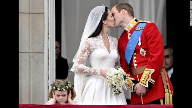 Vẫn là hành lang điện Buckingham năm nào, thế nhưng giờ đây chàng đang trao nụ hôn say đắm với người bạn đời của mình, công nương Kate Middleton trong đám cưới của hai người ngày 29/4/2011.