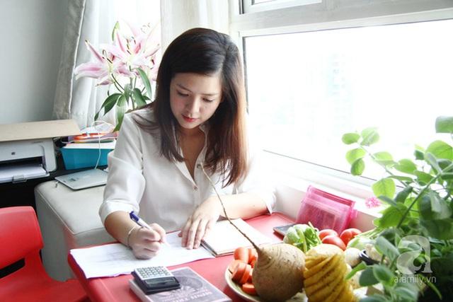 Do mới khởi nghiệp, nên Thi phải tự tay lo khá nhiều việc, từ mua nguyên liệu, nấu nướng, đến nhận đơn hàng, đôi khi thiếu shipper, cô tự lái xe đi giao đồ ăn cho khách.